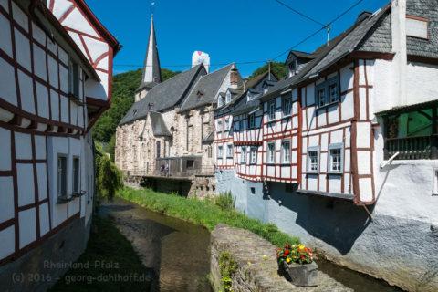 Monreal: Dreifaltigkeitskirche und Elzbach - Bild Nr. 201608074936